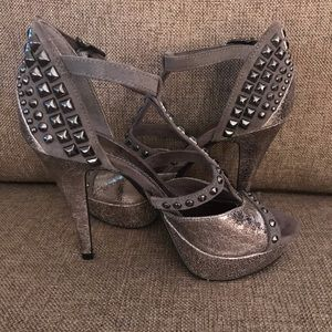 🔥NWOB GB Studded Gray Ankle Strap High Heel🔥🔥